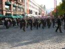 Oslo Karl Johans gate, główna ulica Oslo, widok od strony Pałacu Królewskiego. Marsz walki z rakiem piersi.