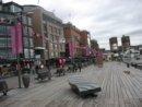 Oslo Aker Brygge, w tle rartusz. W październiku odbywa się tu marsz walki z rakiem piersi.