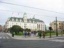 Oslo Centrum Oslo, po prawej parlament.