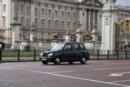 Londyn Londyn, charakterystyczna czarna taksówka na tle pałacu Buckhingam