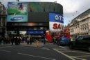 Londyn Londyn, Piccadilly Circus - skrzyżowanie ulic w West End, rozrywkowej i teatralnej części Londynu, rozpoznawalne dzięki wielkiej reklamie świetlnej